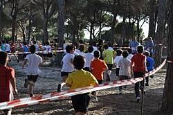 Niños/as disputan una carrera en el Pina Público La Barrosa