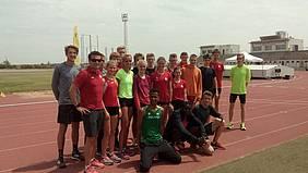 Todos los atletas en el Estadio Municipal de Atletismo.
