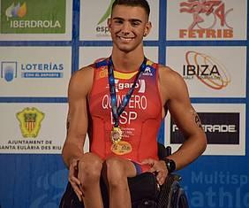 José Manuel Quintero recogiendo la medalla.