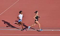 Atletas femeninas realizando un entrenamiento en el Estadio de Atletismo