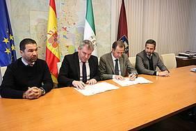 Foto firma colaboración con Cádiz C.F.